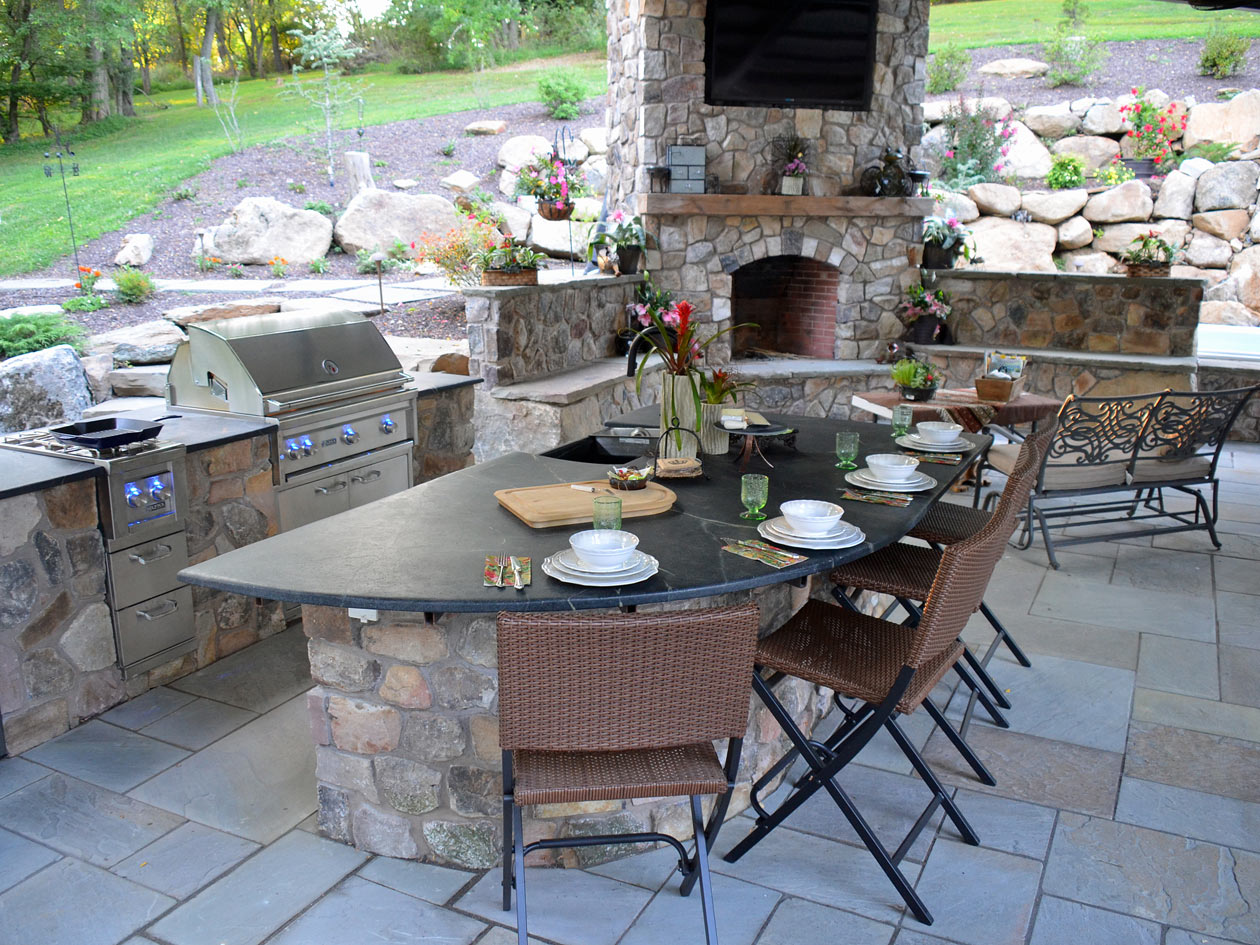 Outdoor Kitchen by Turpin Landscaping